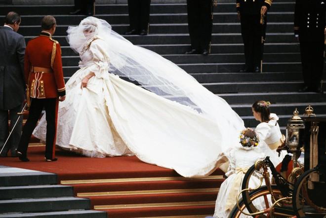 20 khoảnh khắc khiến người ta tin rằng công nương Diana thực sự là một biểu tượng thời trang chân chính - Ảnh 1.