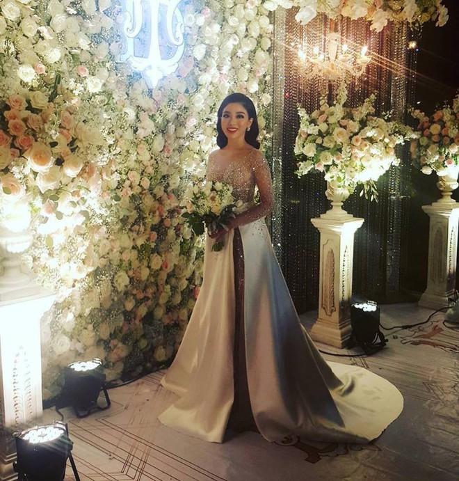 Đám cưới sang chảnh với 10.000 bông hoa tươi và váy đính 5.000 pha lê của cô dâu xinh đẹp - Ảnh 14.