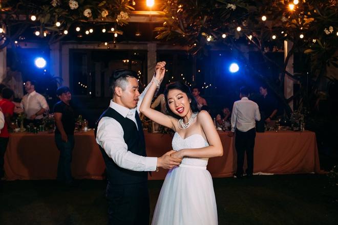 Cặp đôi Việt kiều đem nơm cá, quang gánh, xích lô kiểu xin một vé đi tuổi thơ vào tiệc cưới sang chảnh - Ảnh 28.