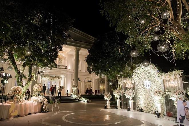 Đám cưới sang chảnh với 10.000 bông hoa tươi và váy đính 5.000 pha lê của cô dâu xinh đẹp - Ảnh 4.