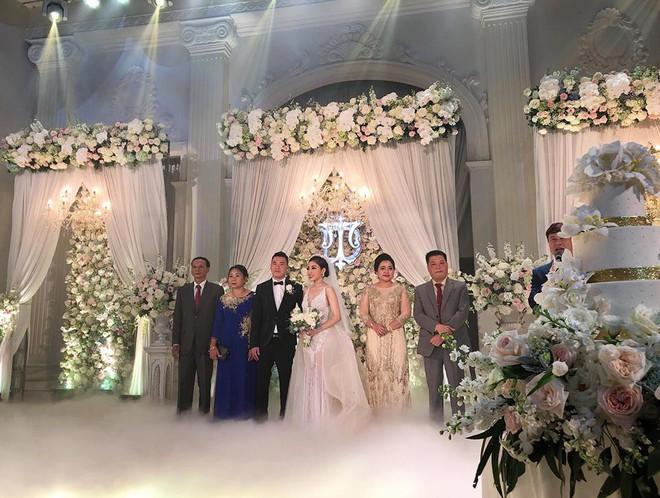 Đám cưới sang chảnh với 10.000 bông hoa tươi và váy đính 5.000 pha lê của cô dâu xinh đẹp - Ảnh 13.