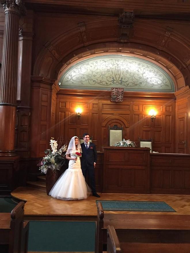 Đám cưới trong lâu đài cổ giữa đất Séc của nữ tiếp viên hàng không xinh đẹp và chàng doanh nhân điển trai - Ảnh 8.
