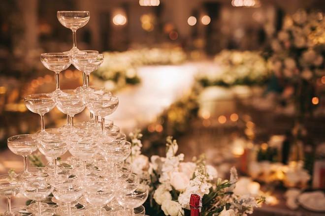 Đám cưới sang chảnh với 10.000 bông hoa tươi và váy đính 5.000 pha lê của cô dâu xinh đẹp - Ảnh 22.