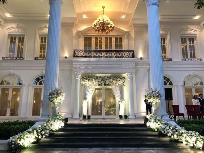 Đám cưới sang chảnh với 10.000 bông hoa tươi và váy đính 5.000 pha lê của cô dâu xinh đẹp - Ảnh 21.