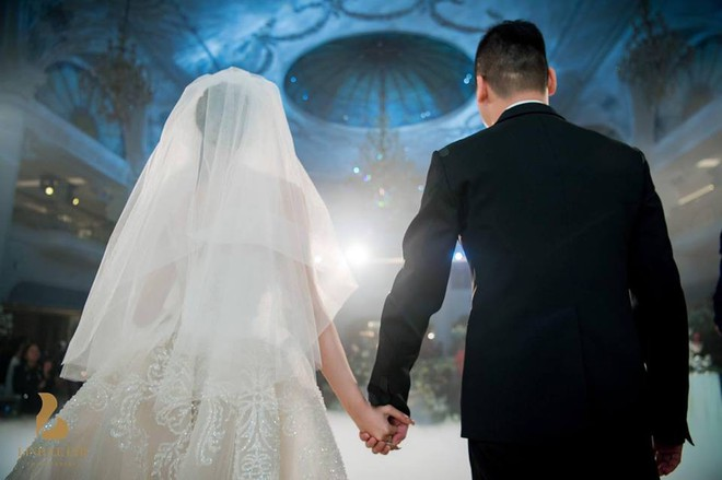 Đám cưới sang chảnh với 10.000 bông hoa tươi và váy đính 5.000 pha lê của cô dâu xinh đẹp - Ảnh 9.