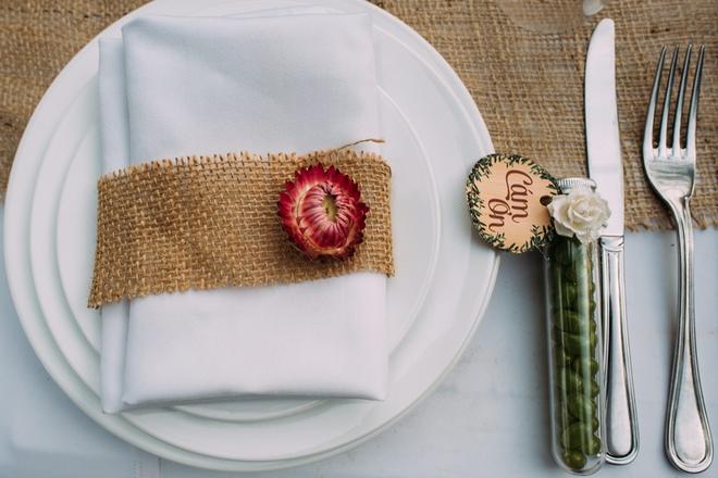 Cặp đôi Việt kiều đem nơm cá, quang gánh, xích lô kiểu xin một vé đi tuổi thơ vào tiệc cưới sang chảnh - Ảnh 15.