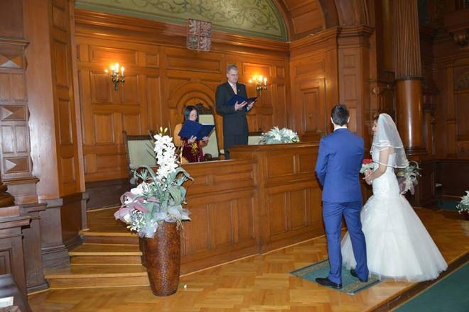 Đám cưới trong lâu đài cổ giữa đất Séc của nữ tiếp viên hàng không xinh đẹp và chàng doanh nhân điển trai - Ảnh 11.