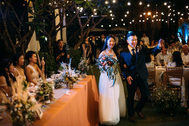 Cặp đôi Việt kiều đem nơm cá, quang gánh, xích lô kiểu xin một vé đi tuổi thơ vào tiệc cưới sang chảnh - Ảnh 6.