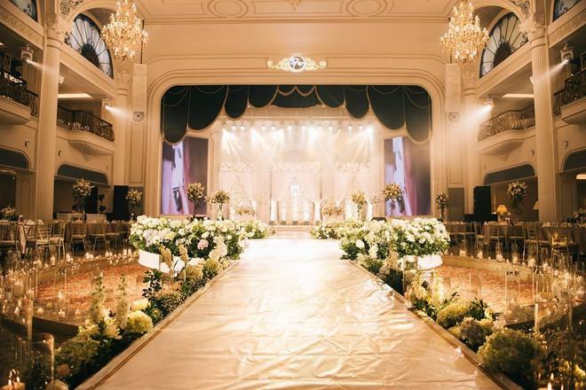 Đám cưới sang chảnh với 10.000 bông hoa tươi và váy đính 5.000 pha lê của cô dâu xinh đẹp - Ảnh 20.