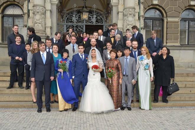 Đám cưới trong lâu đài cổ giữa đất Séc của nữ tiếp viên hàng không xinh đẹp và chàng doanh nhân điển trai - Ảnh 12.