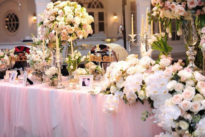 Đám cưới sang chảnh với 10.000 bông hoa tươi và váy đính 5.000 pha lê của cô dâu xinh đẹp - Ảnh 3.
