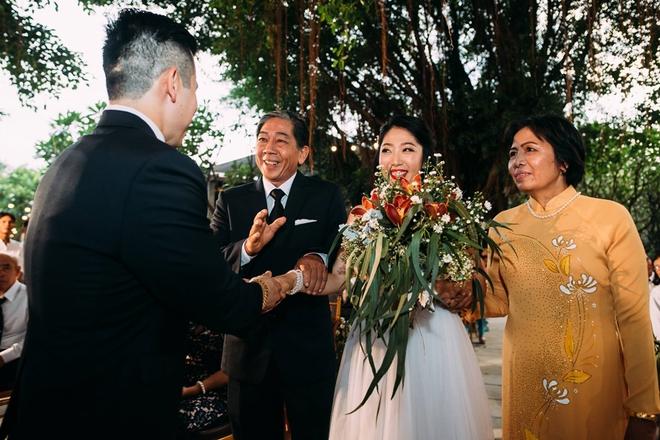 Cặp đôi Việt kiều đem nơm cá, quang gánh, xích lô kiểu xin một vé đi tuổi thơ vào tiệc cưới sang chảnh - Ảnh 5.