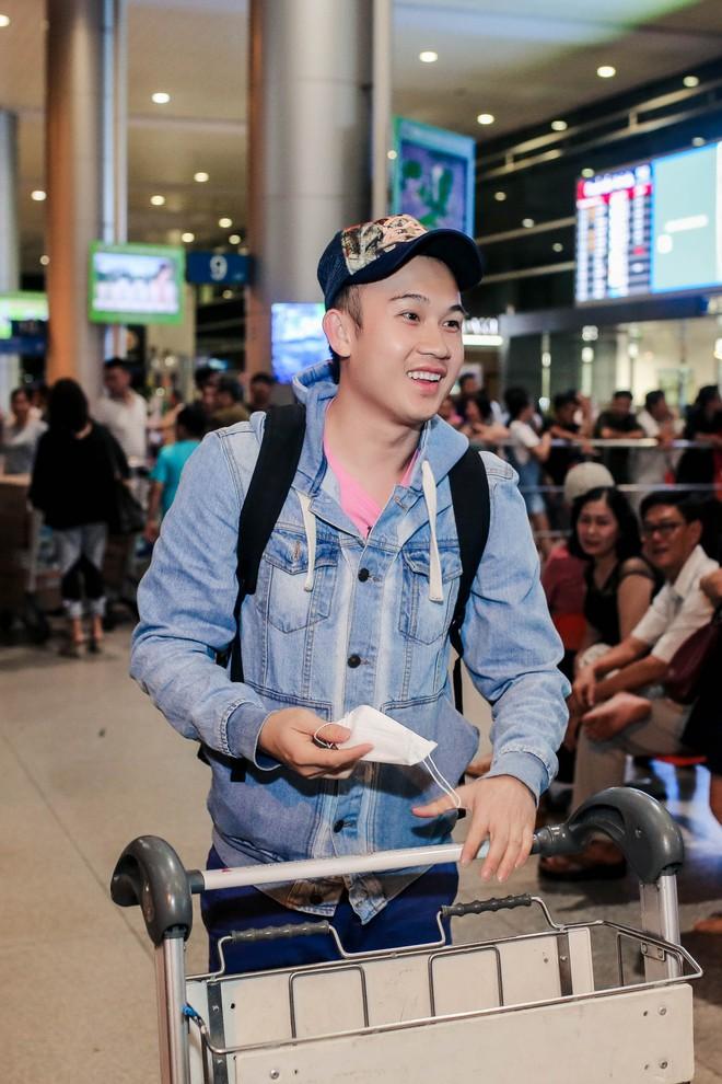 Đàm Vĩnh Hưng ra sân bay đón Dương Triệu Vũ vào lúc nửa đêm - Ảnh 1.