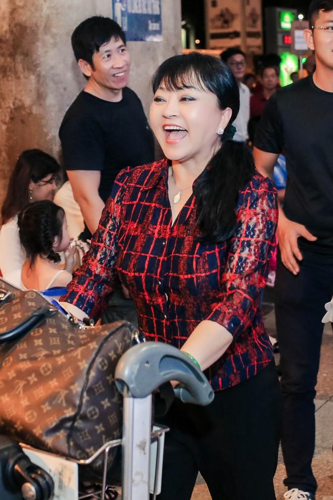 Đàm Vĩnh Hưng ra sân bay đón Dương Triệu Vũ vào lúc nửa đêm - Ảnh 5.