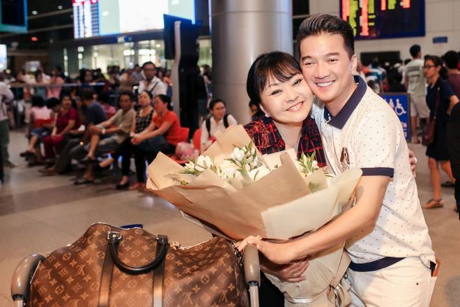 Đàm Vĩnh Hưng ra sân bay đón Dương Triệu Vũ vào lúc nửa đêm - Ảnh 7.