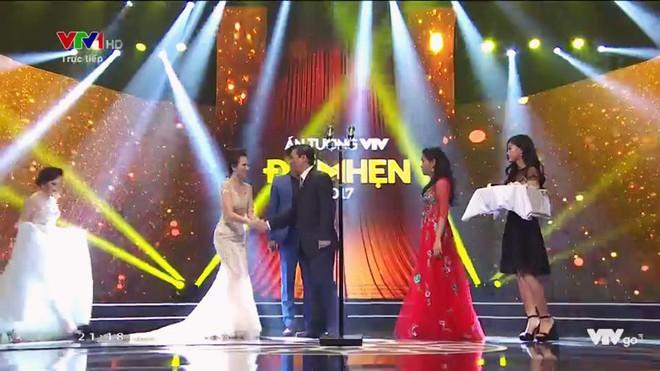 Đan Lê chia sẻ xúc động về khoảnh khắc luống cuống của bố chồng trên sân khấu VTV Awards - Ảnh 1.