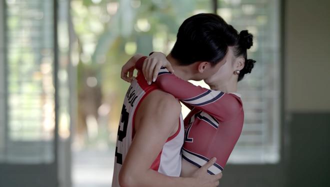 Angela Phương Trinh lại tiếp tục hôn Rocker Nguyễn say đắm - Ảnh 4.