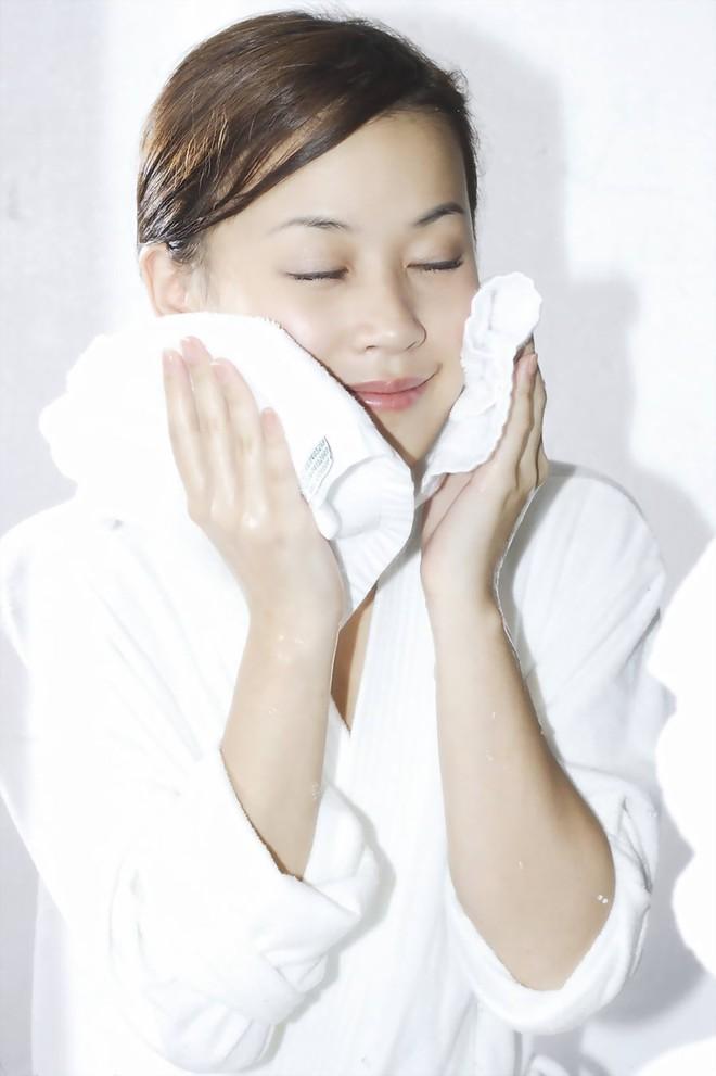 10 lưu ý then chốt để da đẹp lên vài tông chỉ bằng thao tác rửa mặt - Ảnh 8.