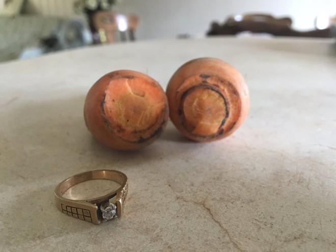 Đánh rơi nhẫn kim cương khi làm vườn, 13 năm sau người phụ nữ nhận được món quà bất ngờ - Ảnh 2.