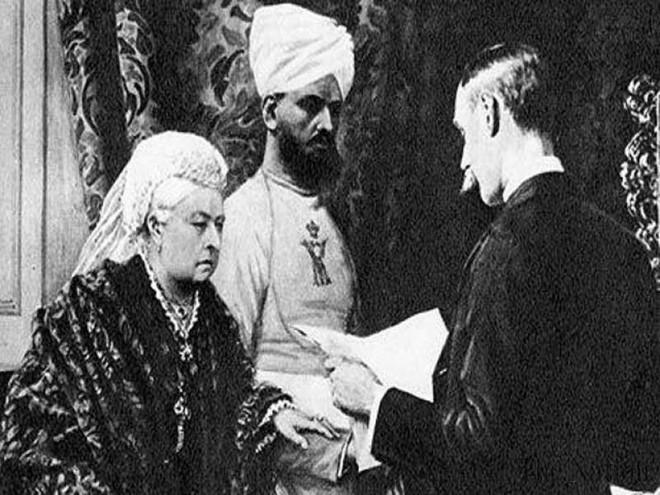 Mối tình kỳ lạ của Nữ hoàng Anh và chàng người hầu kém 44 tuổi từng được cho là bê bối nhất trong lịch sử Hoàng gia Anh - Ảnh 3.