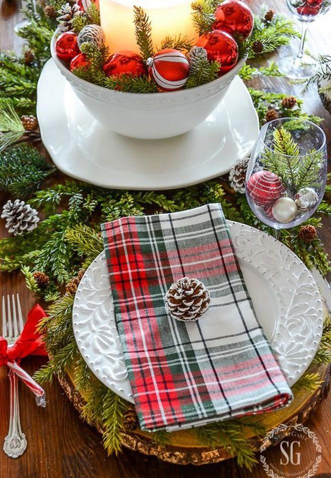 Trang trí bàn ăn thật lung linh và ấm cúng cho đêm Giáng sinh an lành - Ảnh 1.