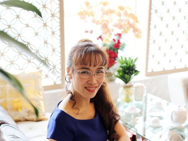 Người phụ nữ Việt lọt top 1000 người giàu có nhất hành tinh: đầu cột nơ, mặc váy hoa, mang giày cao gót và tay cầm đô la - Ảnh 9.