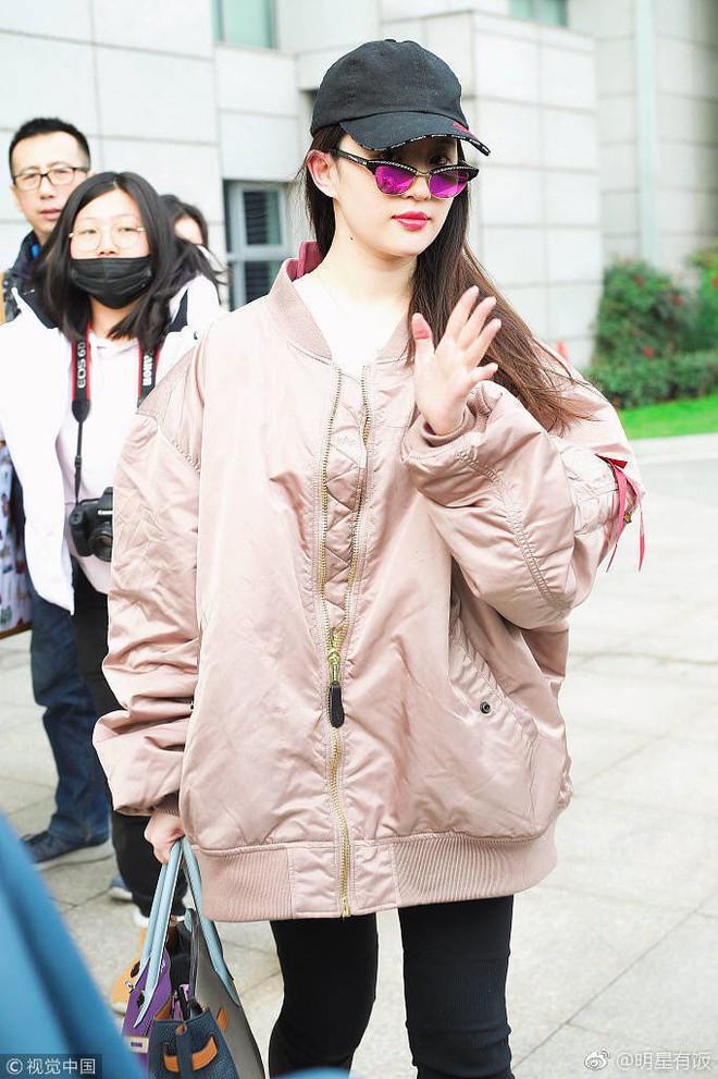 Lưu Diệc Phi mạnh tay chi hơn 600 triệu đồng cho trang phục ra sân bay - Ảnh 2.