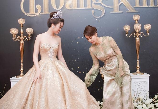 Mặc váy xòe quá to, Đỗ Mỹ Linh được cựu Hoa hậu Hàn giúp chỉnh trang khi chụp ảnh - Ảnh 1.