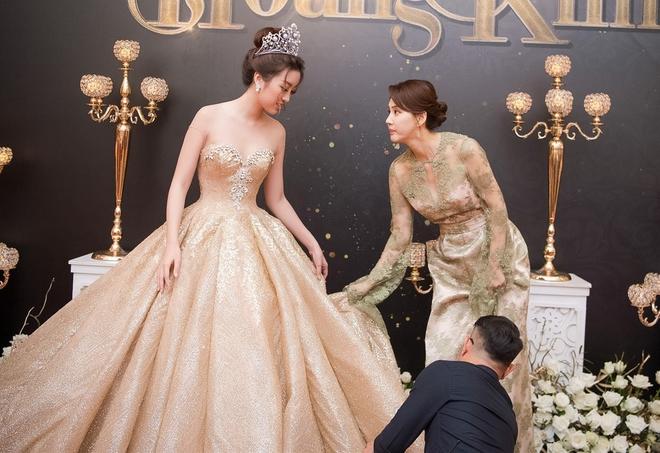 Mặc váy xòe quá to, Đỗ Mỹ Linh được cựu Hoa hậu Hàn giúp chỉnh trang khi chụp ảnh - Ảnh 2.