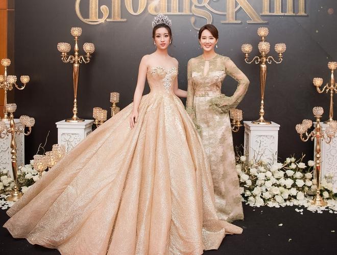 Mặc váy xòe quá to, Đỗ Mỹ Linh được cựu Hoa hậu Hàn giúp chỉnh trang khi chụp ảnh - Ảnh 3.