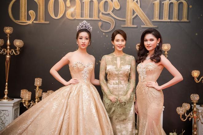 Mặc váy xòe quá to, Đỗ Mỹ Linh được cựu Hoa hậu Hàn giúp chỉnh trang khi chụp ảnh - Ảnh 4.