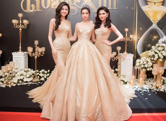 Mặc váy xòe quá to, Đỗ Mỹ Linh được cựu Hoa hậu Hàn giúp chỉnh trang khi chụp ảnh - Ảnh 7.