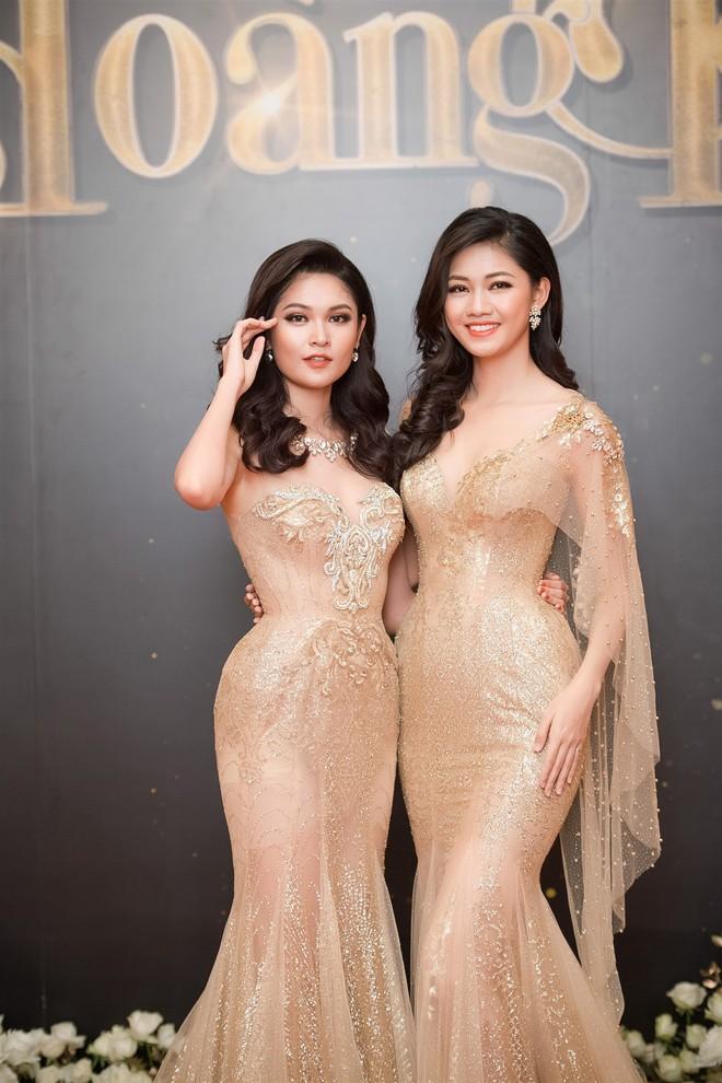 Mặc váy xòe quá to, Đỗ Mỹ Linh được cựu Hoa hậu Hàn giúp chỉnh trang khi chụp ảnh - Ảnh 8.