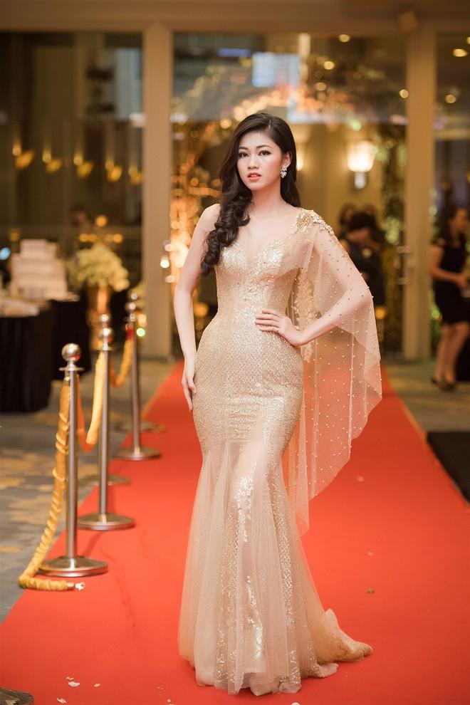 Mặc váy xòe quá to, Đỗ Mỹ Linh được cựu Hoa hậu Hàn giúp chỉnh trang khi chụp ảnh - Ảnh 12.