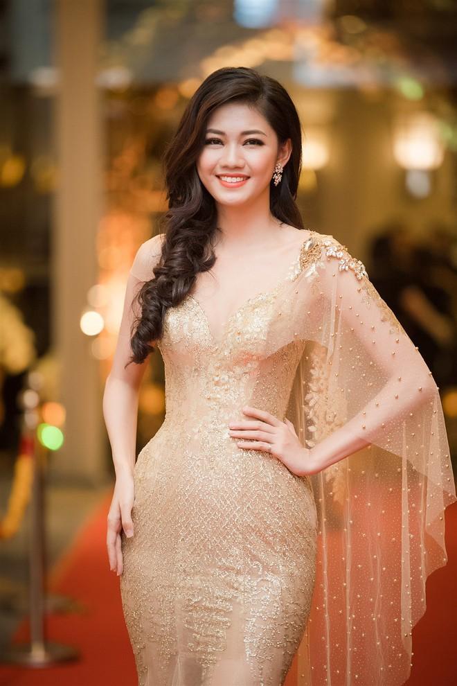 Mặc váy xòe quá to, Đỗ Mỹ Linh được cựu Hoa hậu Hàn giúp chỉnh trang khi chụp ảnh - Ảnh 13.