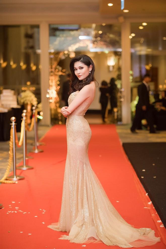 Mặc váy xòe quá to, Đỗ Mỹ Linh được cựu Hoa hậu Hàn giúp chỉnh trang khi chụp ảnh - Ảnh 14.