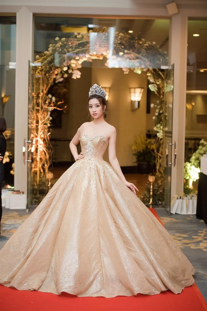 Mặc váy xòe quá to, Đỗ Mỹ Linh được cựu Hoa hậu Hàn giúp chỉnh trang khi chụp ảnh - Ảnh 11.