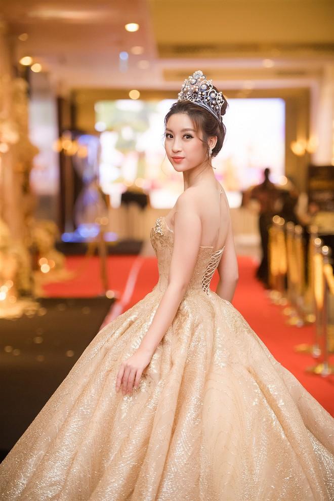 Mặc váy xòe quá to, Đỗ Mỹ Linh được cựu Hoa hậu Hàn giúp chỉnh trang khi chụp ảnh - Ảnh 10.