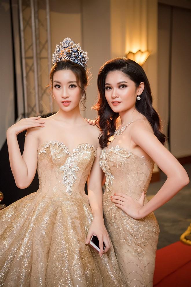 Mặc váy xòe quá to, Đỗ Mỹ Linh được cựu Hoa hậu Hàn giúp chỉnh trang khi chụp ảnh - Ảnh 9.