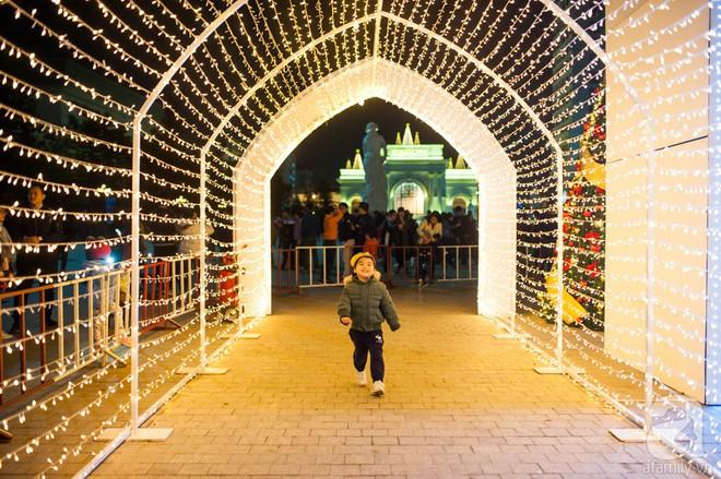 Ngắm các thiên thần nhí nghịch tuyết rơi, đón Noel sớm cùng bố mẹ trong ngày Hà Nội lạnh tái tê - ảnh 19