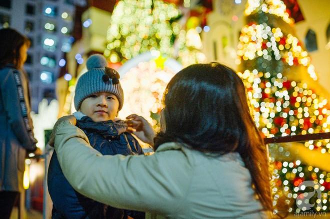 Ngắm các thiên thần nhí nghịch tuyết rơi, đón Noel sớm cùng bố mẹ trong ngày Hà Nội lạnh tái tê - ảnh 22