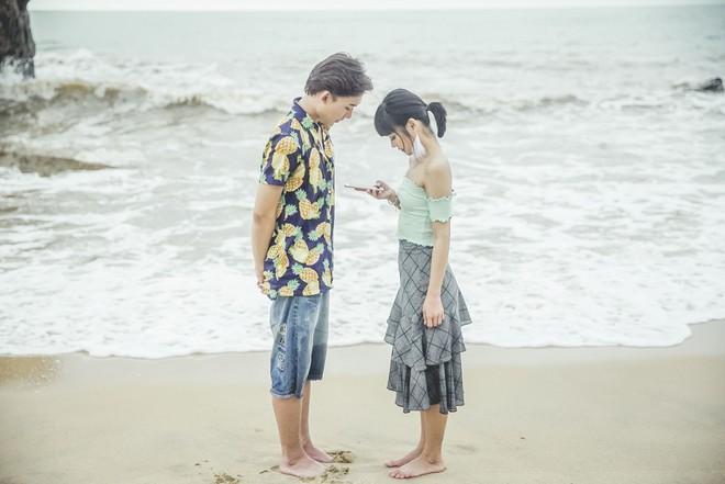 Hoàng Yến Chibi ngọt ngào ôm hôn trai đẹp giữa bãi biển - Ảnh 6.