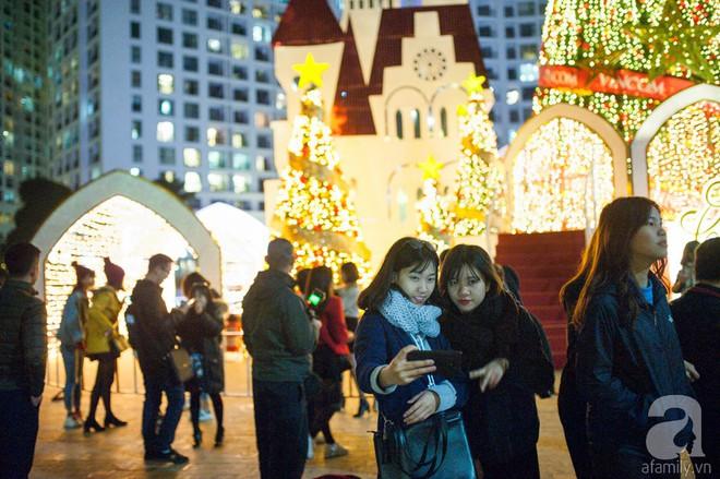 Ngắm các thiên thần nhí nghịch tuyết rơi, đón Noel sớm cùng bố mẹ trong ngày Hà Nội lạnh tái tê - ảnh 12