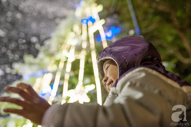 Ngắm các thiên thần nhí nghịch tuyết rơi, đón Noel sớm cùng bố mẹ trong ngày Hà Nội lạnh tái tê - ảnh 29