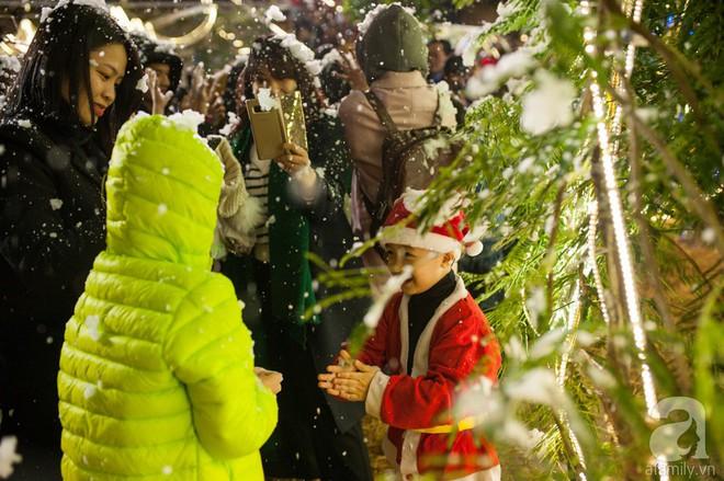 Ngắm các thiên thần nhí nghịch tuyết rơi, đón Noel sớm cùng bố mẹ trong ngày Hà Nội lạnh tái tê - ảnh 30