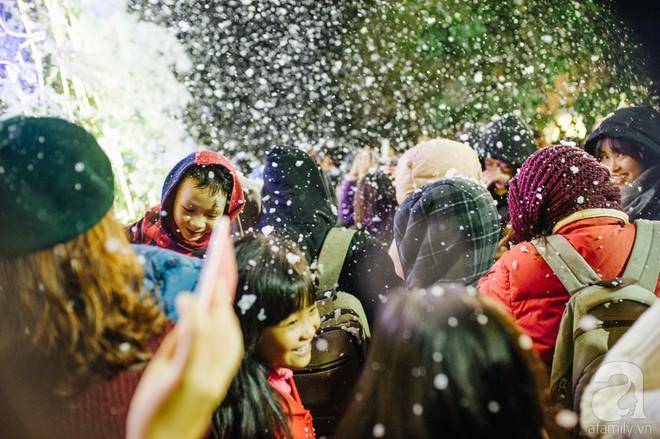 Ngắm các thiên thần nhí nghịch tuyết rơi, đón Noel sớm cùng bố mẹ trong ngày Hà Nội lạnh tái tê - ảnh 35