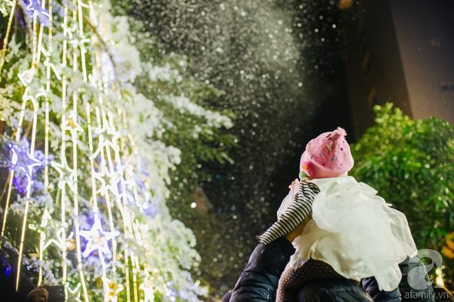 Ngắm các thiên thần nhí nghịch tuyết rơi, đón Noel sớm cùng bố mẹ trong ngày Hà Nội lạnh tái tê - ảnh 28