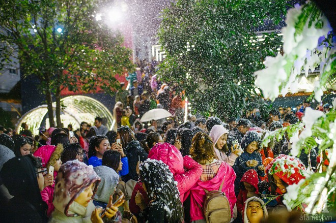 Ngắm các thiên thần nhí nghịch tuyết rơi, đón Noel sớm cùng bố mẹ trong ngày Hà Nội lạnh tái tê - ảnh 33