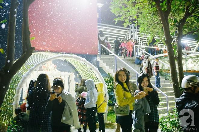 Ngắm các thiên thần nhí nghịch tuyết rơi, đón Noel sớm cùng bố mẹ trong ngày Hà Nội lạnh tái tê - ảnh 27