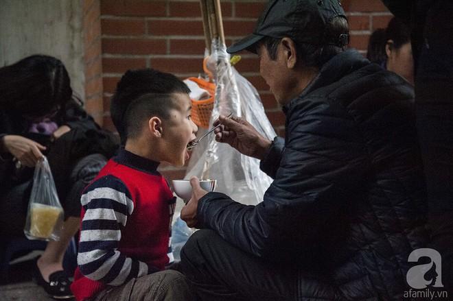 Gánh chè trôi mộc mạc 30 năm ngõ Tô Hoàng, bán hết veo trong vòng 2 tiếng, nếu muốn ăn nhớ đừng mang tiền chẵn - Ảnh 13.